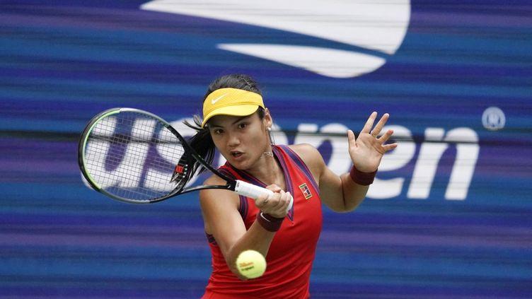 La Britannique Emma Raducanu s'est qualifiée pour les quarts de finale de l'US Open, après sa victoire sans appel contre l'Américaine Shelby Rogers, lundi 6 septembre 2021. (TIMOTHY A. CLARY / AFP)