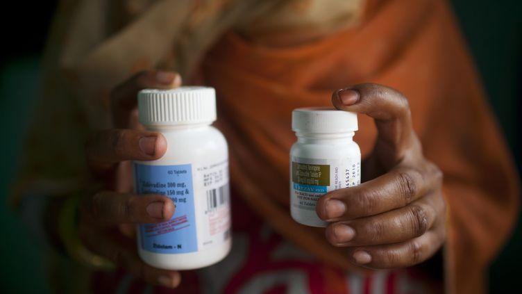 Une patienteatteinte du sida sur le point de prendre ses traitements antirétroviraux, le 23 juillet 2012 à New Delhi (Inde). (ANDREW CABALLERO-REYNOLDS / AFP)