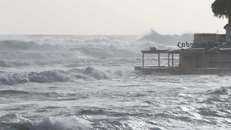 La mer déchaînée par la tempête Fabien, à Ajaccio, en Corse, le 22 décembre 2019. (PASCAL POCHARD-CASABIANCA / AFP)