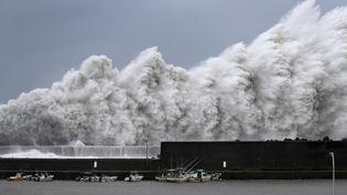 De fortes vagues provoquées par le typhon Jebi, le 4 septembre 2018 à Aki (Japon). (KYODO KYODO / REUTERS)