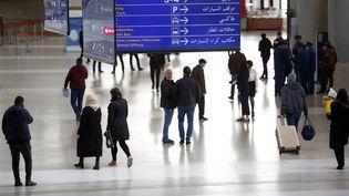 Des voyageurs dans les allées de l'aéroportinternational d'Alger-Houari-Boumédiène (Algérie), le 6 décembre 2020. (BILLAL BENSALEM / NURPHOTO / AFP)