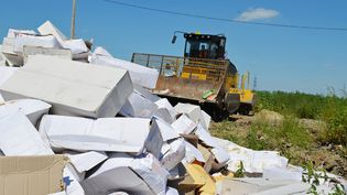 Un bulldozer détruit des produits sous embargo dans la région de Belgorod (Russie), le 6 août 2015. (RIA NOVOSTI / AFP)
