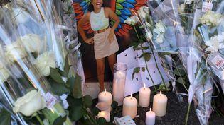 Une photo, des fleurs et des bougies sont déposées dimanche 24 octobre à Mulhouse (Haut-Rhin) lors de la marche blanche en hommage à Dinah, adolescente de 14 ans qui s'est suicidée le 5 octobre à cause du harcèlement scolaire qu'elle subissait. (DAREK SZUSTER / MAXPPP)