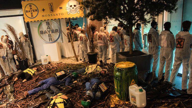 """Glyphosate : opération """"nature morte"""" au siège de Monsanto (Crédits Photo : © Edward Chapon - Attac France)"""