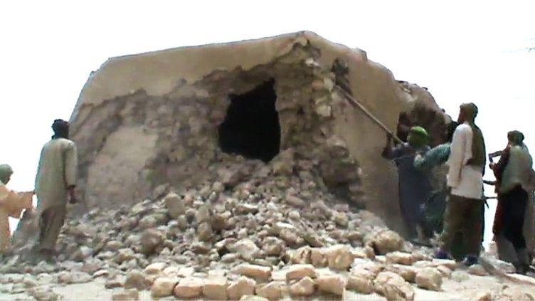 Capture d'écran d'une vidéo datée de 2012, montrant desjihadistes maliens en train de détruireun mausolé à Tombouctou. (AFP)