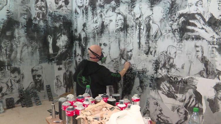"Guy Denning en plein ""work-in-progress"" au MAUSA Vauban. (France 3 Alsace / N. Meyer)"