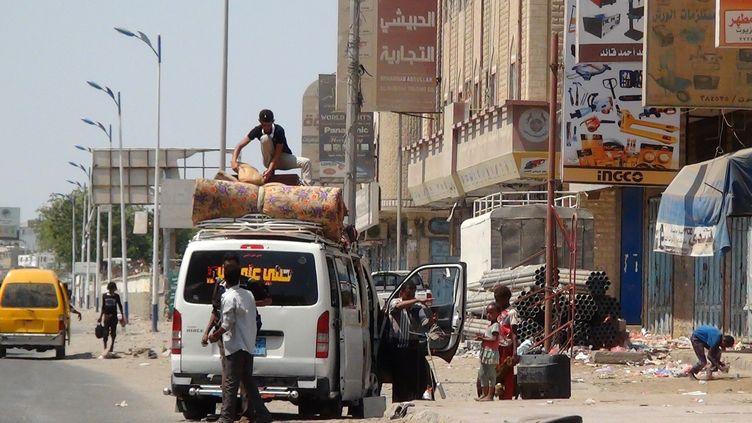 Des Yéménites fuient la ville d'Aden (Yémen), cible de frappes aériennes menées par une coalition de neuf pays arabes, le 30 mars 2015. (SALEH AL-OBEIDI / AFP)