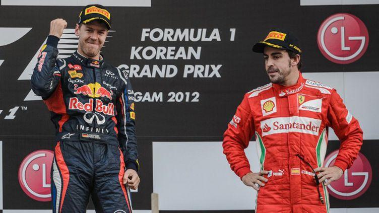 De gauche à droite : Lewis Hamilton (McLaren) - Fernando Alonso (Ferrari) - Mark Webber (Red Bull) - Bernie Eccleston - Jenson Button (McLaren) - Sebastian Vettel (Red Bull)