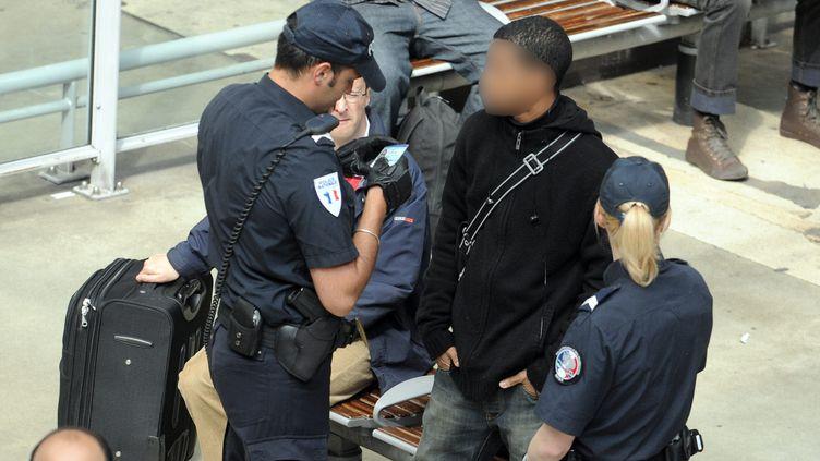 Un contrôle d'identité à la Gare du Nord de Paris, en juin 2010. (CHRISTOPHE PETIT TESSON / MAXPPP)