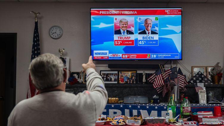 Un soutien de Donald Trump regarde la soirée électorale à la télévision au siège des républicains du comté de Cochise, à Sierra Vista, dans l'Arizona (Etats-Unis), le 3 novembre 2020. (ARIANA DREHSLER / AFP)
