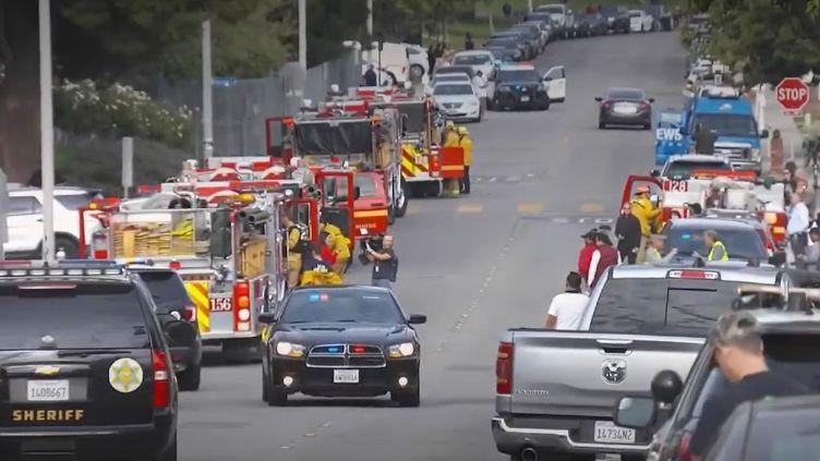 Une fusillade a éclaté jeudi 14 novembre dans un lycée près de Los Angeles (États-Unis). Il y a au moins deux morts et plusieurs blessés. Un adolescent armé a tiré sur les élèves. (FRANCE 2)
