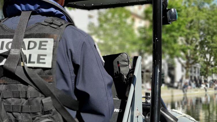 À Paris, la brigade fluviale multiplie ses patrouilles sur la Seine ou sur les canaux pour faire respecter les gestes barrières. (Valentin Dunate / Radio France)