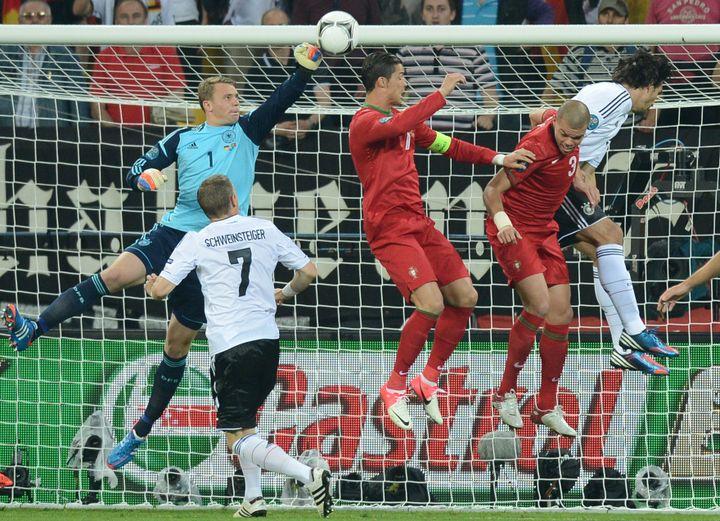 Manuel Neuer, le gardien allemand, a été impeccable dans ses buts face au Portugal, le 9 juin 2012 à Lviv, en Ukraine. (JEFF PACHOUD / AFP)