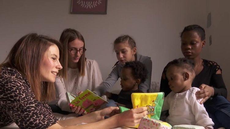 Des sœurs siamoises reliées par l'abdomen ont été opérées avec succès à Lyon (Rhône). Avant leur retour dans leur pays d'origine, le Cameroun, France 2 les a rencontrées dans leur famille d'accueil. (FRANCE 2)