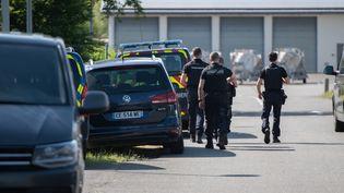 Des gendarmes mobilisés dans les recherches pour retrouver un homme armé en fuite au Lardin-Saint-Lazare (Dordogne), le 30 mai 2021. (ROMAIN LONGIERAS / HANS LUCAS / AFP)