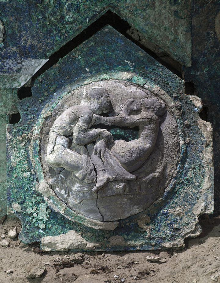 Un détail du char de cérémonie découvert dans le quartier Civita Giuliana proche du site archéologique de Pompéi (Italie). (PARC ARCHEOLOGIQUE DE POMPEI / VIA AFP)