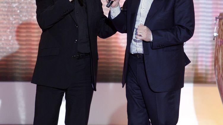 Idir et Enrico Macias chantent ensemble à l'émission Vivement Dimanche de France 2 le 3 mars 2011. (FRÉDÉRIC DUGIT / MAXPPP)