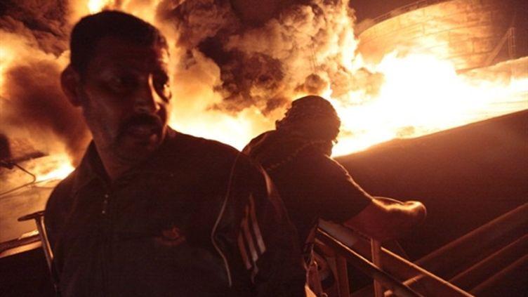 Dépôt pétrolier en feu à Misrata, à la suite d'un bombardement par les forces restées loyales au colonel Kadhafi (AFP - RICARDO GARCIA VILANOVA)