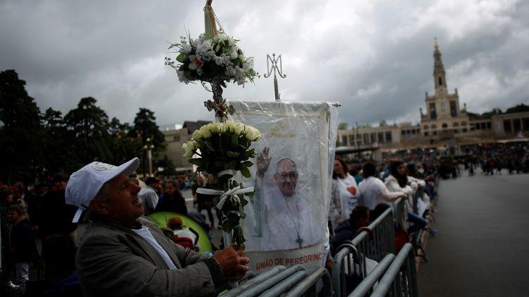 Des pélerins attendent le pape François à Fatima, au Portugal, le 12 mai 2017. (PEDRO NUNES / REUTERS)