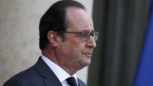 Le président François Hollande attend le Premier ministre grec Alexis Tsipras avant une rencontre à l'Elysée, le 13 avril 2016. (THOMAS SAMSON / AFP)