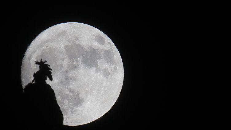 La Super-Lune surgit au-dessus du dôme du Capitole à Washgtinon, le 13 novembre 2016. (ANDREW CABALLERO-REYNOLDS / AFP)