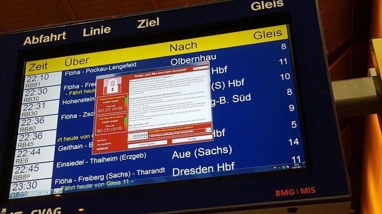 """Un panneau d'affichage de la gare de Chemnitz (Allemagne), bloqué par le """"rançongiciel"""" Wannacry, le 12 mai 2017. (P. GOETZELT / DPA / AFP)"""