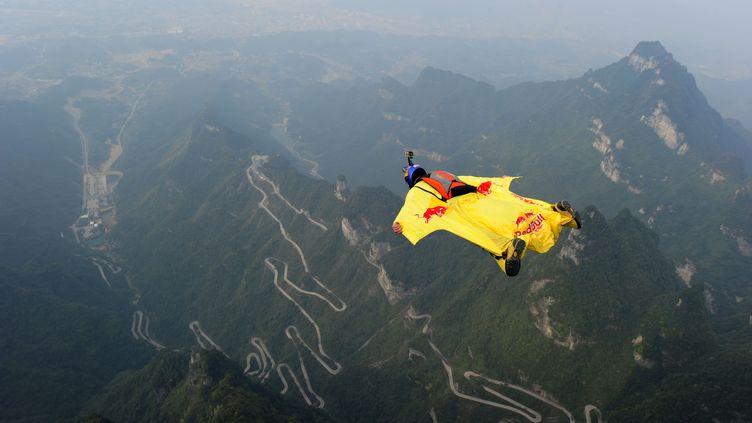 Un participant de vol en wingsuit en Chine, le 18 octobre 2015. (STR / AFP)