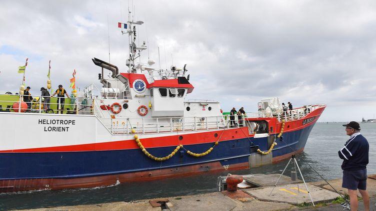 Un bâteau de pêche au port de Lorient (Morbihan). (LOIC VENANCE / AFP)