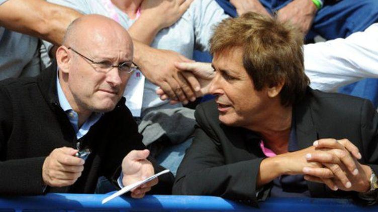 Bernard Laporte discute avec Max Guazzini (BORIS HORVAT / AFP)