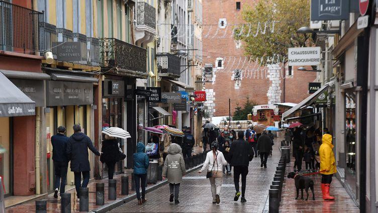 Une rue commerçante du centre-ville de Perpignan, le 28 novembre 2020. (CLEMENTZ MICHEL / MAXPPP)
