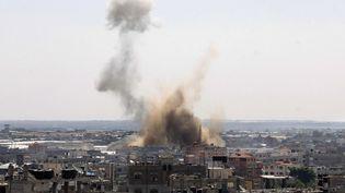 De la fumée s'élève au dessus de Rafah (Gaza) après une attaque israélienne,le 8 août 2014. (SAID KHATIB / AFP)