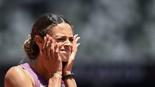 L'Américaine Sydney McLaughlin n'y croit pas, mais elle vient de remporter la finale du 400 m haies en décrochant un nouveau record du monde, le 4 août 2021 aux Jeux de Tokyo. (JEWEL SAMAD / AFP)