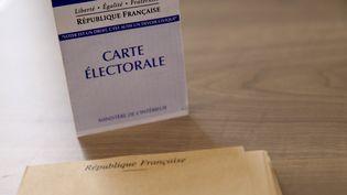 Une carte d'électeur dans un bureau de vote à Lille (Nord), le 29 mars 2015. (CITIZENSIDE/THIERRY THOREL / AFP)