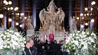 L'office a été célébré par Monseigneur Benoist De Sinety, aux côtés du père Guy Gilbert (tout à gauche). (REUTERS)