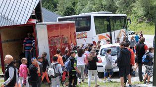 Les enfants de la colonie de vacances endeuillée quittent le chalet d'Ascou (Ariège), le 10 juillet 2014. (RAYMOND ROIG / AFP)