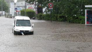 Un véhicule traverse une rue inondée à Nantes (Loire-Atlantique), le 11 juin 2018. (SYLVAIN LUNEAU / AFP)