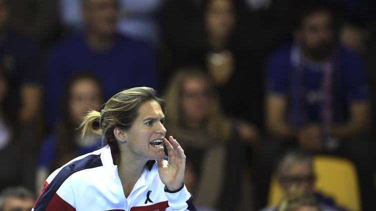 Amélie Mauresmo, capitaine de l'équipe de France de Fed Cup, encourage Kristina Mladenovic, le 12 novembre 2016, à Strasbourg. (PATRICK HERTZOG / AFP)