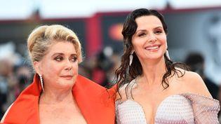 Catherine Deneuve et Juliette Binoche en août 2019 à Venise en Italie. (ALBERTO PIZZOLI / AFP)