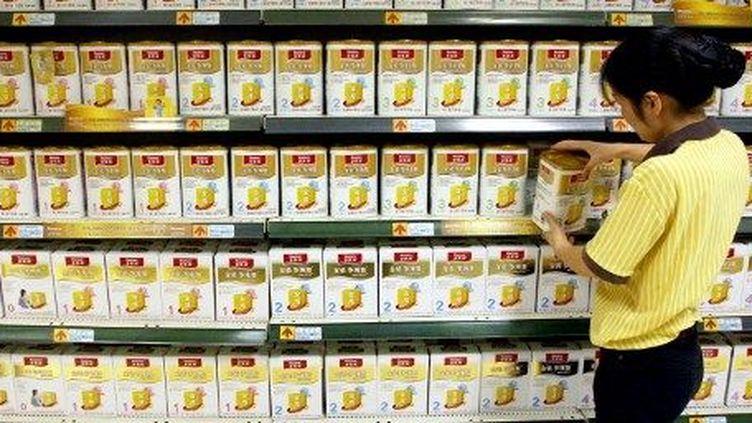 Au rayon des laits en poudre, dans un supermarché de Shangai, le 21 septembre 2009. (WENG LEI / IMAGINECHINA)