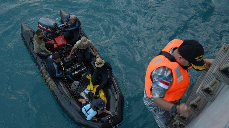 Les équipes de recherches de l'épave de l'avion d'AirAsia sont sur la piste des boîtes noires, vendredi 9 janvier 2015, en mer de Java. (ADEK BERRY / AFP)