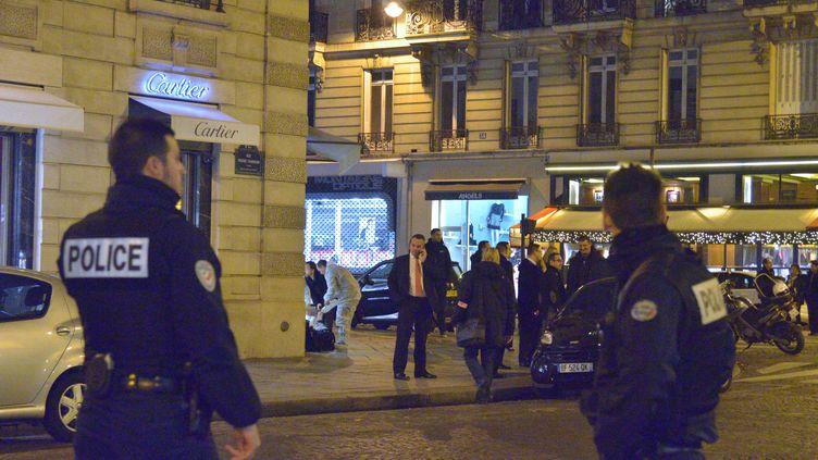 Devant la bijouterie Cartier proche des Champs-Elysées, à Paris, braquée par deux hommes, mardi 25 novembre 2014. (CITIZENSIDE / SAÏD ANAS / AFP)