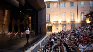 Une représentation du Lac des cygnes au théâtre de l'Archevêché àAix-en-Provence le 23 juillet 2020. (CLEMENT MAHOUDEAU / AFP)