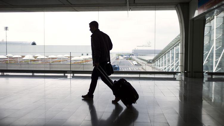Un homme à l'aéroport de Roissy Charles de Gaulle (Val d'Oise), le 11 juin 2013. (FRED DUFOUR / AFP)