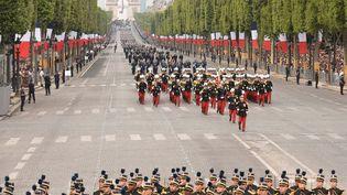 Des militaires défilent sur les Champs-Elysées, le 14 juillet 2019, à Paris. (LIONEL BONAVENTURE / AFP)
