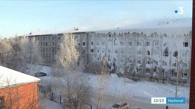 Russie : le froid transforme un immeuble en château de glace