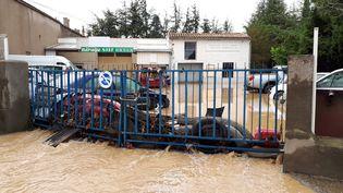 Les inondations à Trèbes, dans l'Aude, le 15 octobre 2018 ont tout emporté : voitures, intérieur des maisons, portail... (BENJAMIN MATHIEU / FRANCE-INFO)