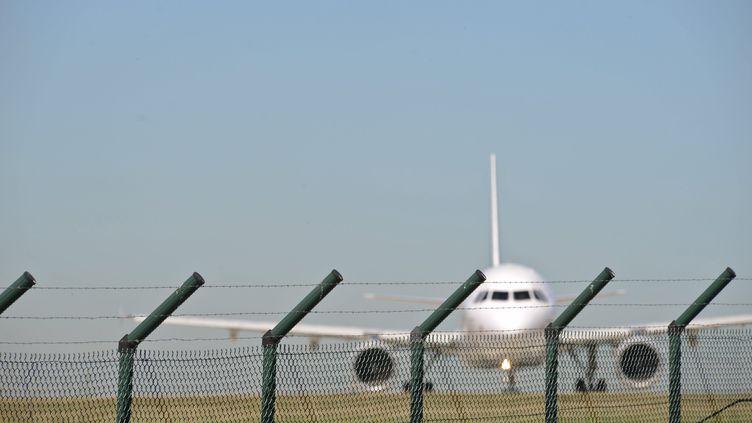 Un avion à l'aéroport de Roissy-Charles-de-Gaulle, près de Paris, le 24 août 2016 (photo d'illustration). (MAXPPP)