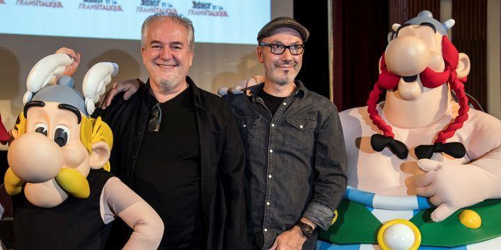 """Jean-Yves Ferri (scénario) et Didier Conrad (dessin) en septembre 2017, auteurs de la série Astérix signent le nouvel épisode, """"La fille de Vercingétorix""""   (BERTRAND GUAY / AFP)"""