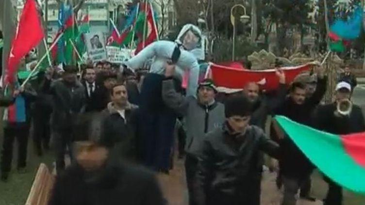 Des manifestants hostiles à la France, à Bakou (Azerbaïdjan), le 25 janvier 2012. (FTVi)