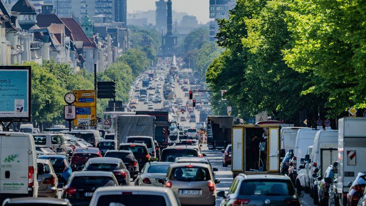 Un embouteillage à Berlin (Allemagne) le 31 mai 2021. (MICHAEL KAPPELER / DPA / AFP)